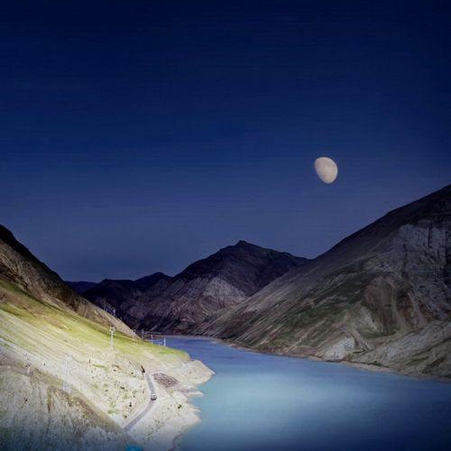 但是,月亮高悬的夜空,看南迦巴瓦峰给我们展现的又是另外一种意境.